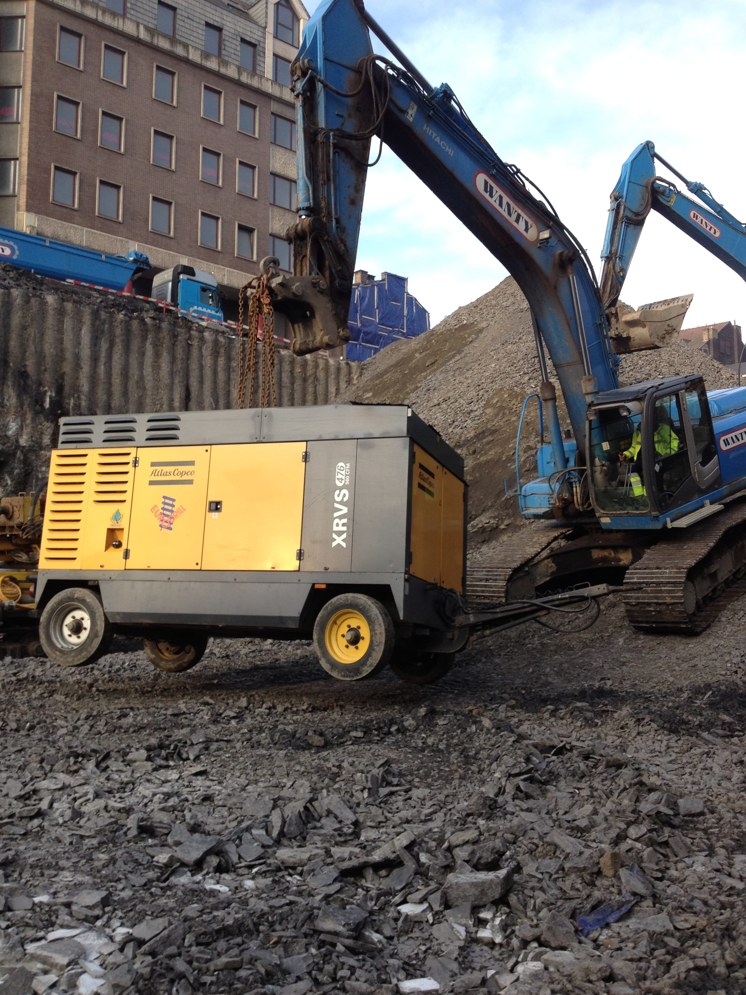chantier-charleroi-rive-gauche-forage-installation-pompe-puits-geothermie-eurodrill-liege-belgique-4